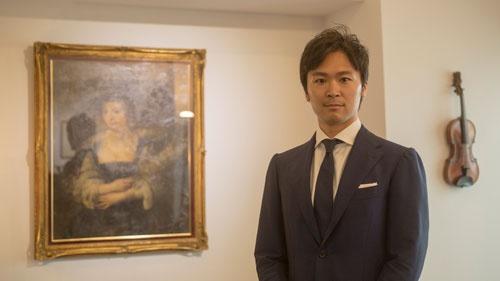 <b>中澤創太(なかざわ・そうた)氏</b></br> 日本ヴァイオリン 代表取締役社長</br>1985年、東京生まれ。父はヴァイオリン修復家、母はヴァイオリニストという音楽家系に生まれ、幼少より国際的に活躍する音楽家と触れ合いながら育つ。15歳で渡英。インターナショナルスクールに通いながら、オークション大手サザビーズや、世界的なイギリスの鑑定家Peter Biddulph Ltdに出入りし、十代から数多くの名器に触れる。上智大学外国語学部卒業後、電通へ入社。営業を経て、メディアプランナーとして数々の音楽・文化プロジェクトに関わる。2014年、株式会社日本ヴァイオリン代表取締役社長に就任。2015年にはクレモナ市ヴァイオリン博物館研究・調査センターにてヴァイオリンの名器、ガルネリ・デルジェスの研究に参加。これまでディーリングも含め、今まで手にしたストラディヴァリウスは70挺を超える。2018年、21本のストラディヴァリウスがアジア史上初めて集結する「東京ストラディヴァリウス フェスティバル2018」の実行委員長/代表キュレーターを務める。