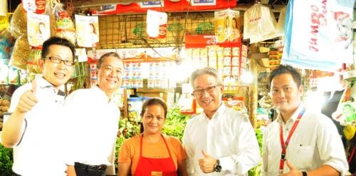 左から、和田将人・フィリピン味の素マーケティング・販売取締役、坂倉一郎・フィリピン味の素社長、一人はさんで西井孝明・味の素社長、尾崎惇人・フィリピン味の素営業・販売企画部長