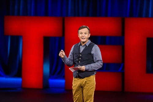 TED2016で進行役を務めるクリス・アンダーソン氏(写真:Marla Aufmuth / TED)