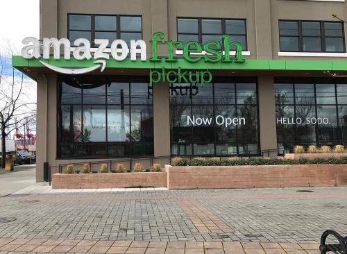 シアトル市内にあるアマゾン・フレッシュのピックアップスポット。ホールフーズを買収したアマゾンが、今後、食材販売の分野でどのようなサービスを仕掛けるのか、注目される。