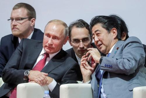 ウラジオストックで談笑するプーチン大統領(前列左)と安倍首相(前列右)。果たして両氏は、緊密なコミュニケーションが取れていたのか(写真:代表撮影/AP/アフロ)