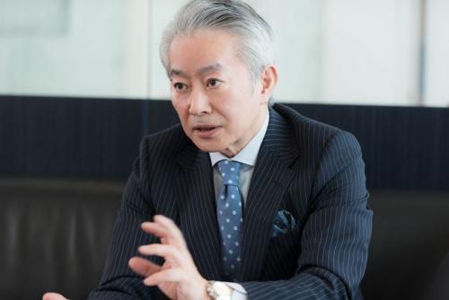 "<span class=""fontBold"">Satoshi Suzuki</span><br> 1954年3月18日生まれ。ポーラ化粧品本舗(現ポーラ)創業 者である故・鈴木忍氏の孫。早稲田大学理工学部大学院を卒業 後、本田技術研究所に入社し、 車のエンジニアとなる。86年、32歳のときにポーラ化粧品本舗 に入社。総合調整室長、新規事 業開発室長などを経て、96~99 年にポーラ化成工業代表取締役 社長。創業70周年となる2000年に、45歳でポーラ化粧品本舗 社長に就任。06年9月ポーラ・ オルビスホールディングス代表取締役社長(現任)。10年に上場し、以来17年12月期まで8期連続で増収増益を達成。(撮影/洞澤佐智子)"