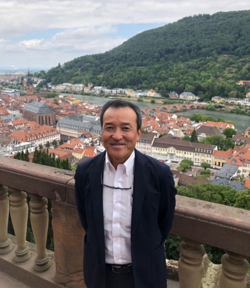 藤崎良一マーケティング室観光アクション部部長。写真はドイツのハイデルベルグ城近くで撮影。地域の食を楽しみながら巡る「ガストロノミーウォーキング」の本場、アルザス地方のウォーキングに参加・視察した帰りに立ち寄った