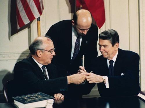 トランプ大統領は、先人が築いた平和の礎を破棄する意向を表明した。写真左はソ連トップのゴルバチョフ氏、右は米大統領のレーガン氏(写真:AP/アフロ)