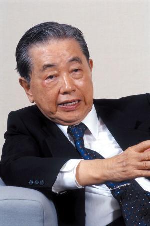 住生活グループ前会長でトス テム創業者の潮田健次郎氏。 体調を崩した今も話の勢いは 衰えなかった(2003年撮影)