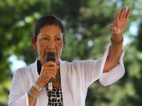 ニューメキシコ州の下院選で当選したデブ・ハーランド氏。ネイティブアメリカンの女性で初めて下院議員に(写真:AFP/アフロ)