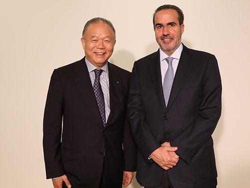 YKKの吉田忠裕会長CEO(最高経営責任者、写真左)とキッザニア創業者のハビエル・ロペスCEO(写真:秋元忍)