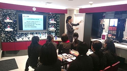 東京・豊洲にあるキッザニア東京では、中学生向けの特別プログラムを不定期で提供している。写真は資生堂によるスキンケア講座