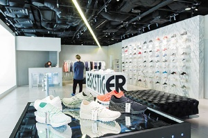 直営店を増やし、イメージ戦略で先行する欧米ブランドを追う(写真=菅野 勝男)