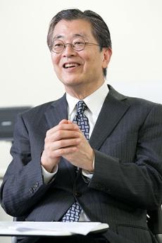 <b>日高信彦 氏 <br /></b>ガートナー ジャパン 代表取締役社長 1976年東京外語大外国語部卒業後、日本アイ・ビー・エム入社。1996年アプリケーション・システム開発部長。2001年アジア・パシフィックCRM/BIソリューション統括。2003年4月から現職。