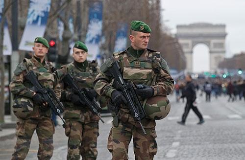 パリの物々しいテロ警戒態勢。東京でもこんな光景が表れるのか。 写真:AP/アフロ