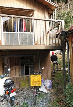 石井さんが寝起きしている、同じ敷地内にある家。廃屋化していたが、改造して住んでいる。