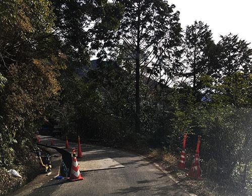 ただでさえ道幅が狭いのに、工事のためにさらに狭くなっている場所も。通り抜けるにはギリギリの道幅だ。右側の谷底には川が流れている。