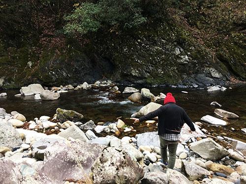 共生舎の前を流れる清流。夏は共生舎の住人たちが水遊びに興じる。駆除されたシカを猟師にもらったときには、食べるまで川の水の中に一時沈めておくこともある。