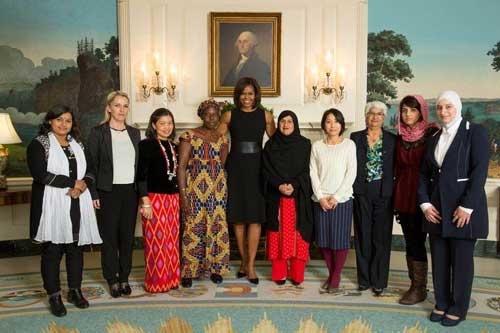 ホワイトハウスでミシェル・オバマ米大統領夫人、「世界の勇気ある女性賞」の他の受賞者らとともに(小酒部さん提供)