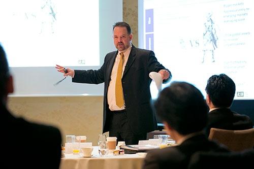 月に1回程度、朝食を取りながら開催されている「一橋大学財務リーダーシッププログラム(プログラムA)」。写真は2015年12月16日の授業風景。講師は友好的なモノ言う株主として知られる、米タイヨウ・パシフィック・パートナーズのブライアン・ヘイウッドCEO