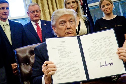 「大統領令」を連発するトランプ米大統領(写真:Pool/Getty Images)