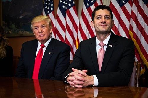 税制の抜本改革実現を目論むライアン下院議長(右)とトランプ大統領(写真:Zach Gibson/Getty Images)