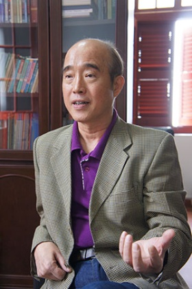 <b>庄国土(ジュアン・グオトゥ)</b><br/>アモイ大学特別教授、マレーシア研究所所長、前南洋研究院院長。アジア太平洋の国際関係や華僑研究の第一人者。1986年以降、オランダやイタリア、米国、マレーシアなどの大学や研究機関で研究員や客員教授を務める。京都大学や立命館大学といった日本の大学との関係も深い。