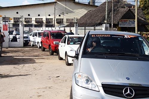 アフリカの港に着いた車は、その国の事情に鑑みて最適な方法で運ばれる。一口にアフリカといっても、法律も道路の事情も異なるためだ。日本と同様に大型の特装車(キャリアカー)に数台積んで運ぶこともあるが、写真のように一台に一人ずつ運転者が乗って隊列(キャラバン)を組んで運ぶことも多い。アフリカはまだ人件費が安いため、このような方法をとっても十分に利益は出る。