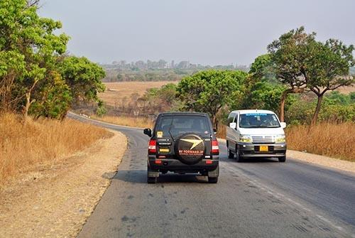 ビィ・フォアードのサイトから購入された車がウガンダの大地を走る。後部のスペアタイヤカバーに同社の社名のロゴが入っているのですぐにわかる。アフリカでは同社を示すステッカーやロゴなどは「クール」なイメージで捉えらえているのだという。