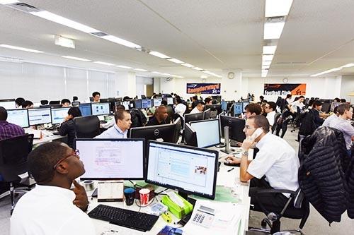 東京・調布のビィ・フォアード本社には、各国の協力会社や顧客とのやりとりをする外国人社員が多く詰めている。約170人の社員のうち約50人が外国人。外国人の国籍はアフリカ諸国を中心に、26カ国に上る。