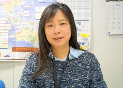 <b>村上 朋子(むらかみ・ともこ)氏</b><br /> 日本エネルギー経済研究所 戦略研究ユニット 原子力グループ マネージャー 研究主幹<br /> 1992年東京大学大学院工学系研究科原子力工学専攻修士課程修了。日本原子力発電などを経て、2005年に日本エネルギー経済研究所に入所。2011年から現職。専門は原子力工学(炉心・燃料設計及び安全解析)、原子力産業動向など