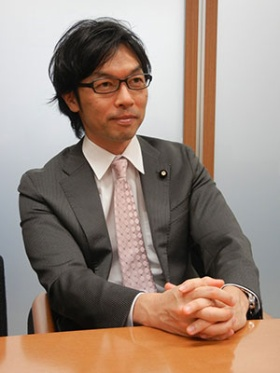 <b>松田公太(まつだ・こうた)氏</b><br/>1968年12月生まれ、47歳。90年筑波大学卒業後、三和銀行(現三菱東京UFJ銀行)入行。97年に「タリーズコーヒー」国内1号店を銀座に開店、98年タリーズコーヒージャパン設立。2007年に同社代表取締役社長を退任、2009年Eggs'n Things International Holdings Pte. Ltd.を設立し、CEO(最高経営責任者)に就任。2010年参議院議員選挙に出馬し、当選。みんなの党を経て、「日本を元気にする会(元気会)」の代表に就任。