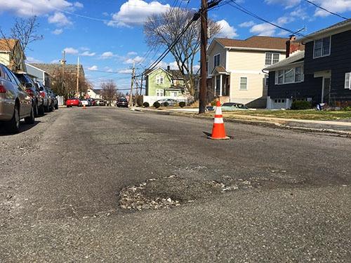 米国では道路や橋梁の老朽化が激しい。ピックアップトラックを使った乱暴な雪かきも道路劣化の一因。写真はニューヨーク近郊の住宅地。穴ぼこだらけ