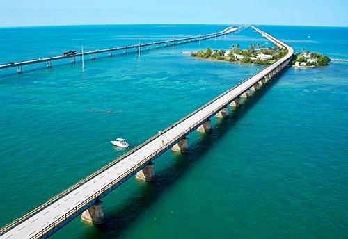 最初に無償で手がけたセブン・マイル・ブリッジ(写真:Florida Keys News Bureau/AP/アフロ)