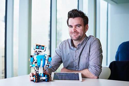 「レゴブースト(Lego Boost)」開発メンバーのサイモン・ケント・デザインディレクター。(写真:永川 智子、以下同)