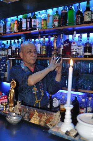 <b>釈 源光(しゃく・げんこう)氏</b><br /> 日本を代表する大企業に籍を置いていたおよそ20年前、50代を目前にして仏門に入ることを決意。現在は、東京・中野の名物雑居ビル「ワールド会館」で坊主バーの経営者であると共に、真宗大谷派・瑞興寺僧侶でもある