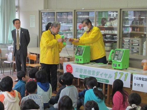 日本公衆電話会がNTT東日本の協力を得て実施した「公衆電話&171体験教室」。公衆電話のかけ方と災害用伝言ダイヤル171による伝言の録音などを小学生に体験させた
