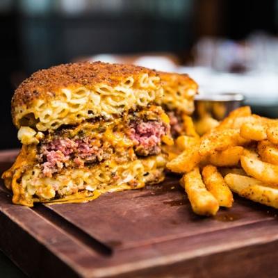 """大人気の""""Mac-n-Cheese Burger""""。間違いなく高カロリー(写真:Chiaki Kato)"""