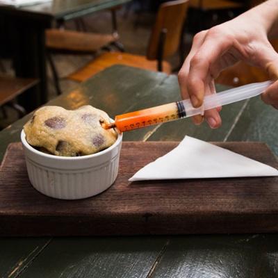 """こちらは""""Drunken Cookie""""。ホワイトチョコレートを注射器で注入する(写真:Chiaki Kato)"""