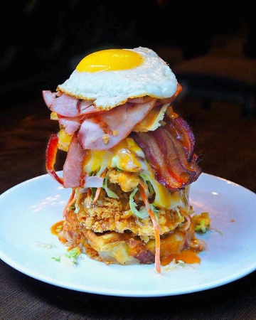 """Juniper Barの""""the Heart Attack Stack""""(写真:Food and City)"""