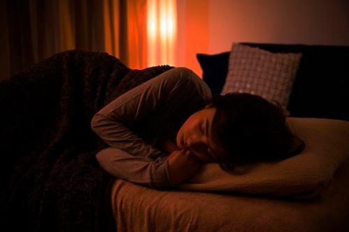 EMDRについては、かねてから睡眠時の「REM睡眠」との類似性が指摘されている。(画像:PIXTA)