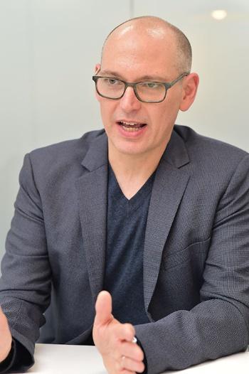 """<span class=""""fontBold"""">クリス・ハイムス氏</span><br/>米ライス大学卒。コンピューター・サイエンスを学び、1996年に米IT企業、トリロジーにソフト技術者として入社。2000年、同社バイスプレジデントに。2010年、Indeed のシニアバイスプレジデントに就任し、2015年より現職。(写真は菊池一郎、以下同)"""
