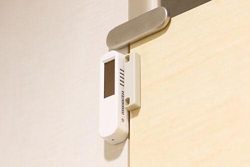 「Toilet IoT」のセンサー部分。長さは数cm程度でトイレのドア上部に設置されているため、よほど注意しないと気が付かない(写真:北山 宏一、以下同)
