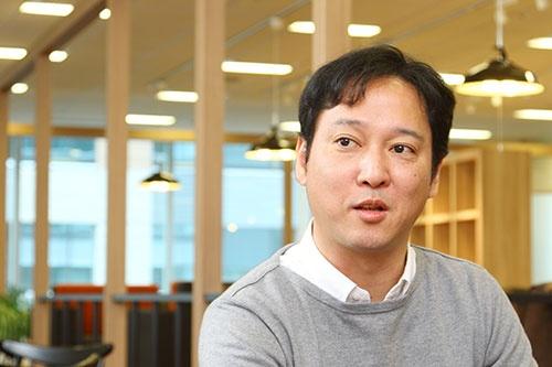 """「Toilet IoT」の開発を主導したインテリジェンス ビジネスソリューションズ(7月1日より「パーソルプロセス&テクノロジー」に社名変更)の小浦文勝氏(システムソリューション事業部 ゼネラルマネジャー)。「Toilet IoT」の説明は<a href=""""http://cloudsteady.jp/solution/toilet.html"""" target=""""_blank"""">こちら</a>"""