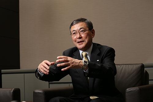 吉永 泰之(よしなが・やすゆき)<br>1954年東京都生まれ。77年3月成蹊大学経済学部卒業、同年4月富士重工業入社。主に国内営業と企画部門を担当する。2005年執行役員/戦略本部副本部長兼経営企画部長、2009年取締役兼専務執行役員/スバル国内営業本部長。2011年6月に社長に就任。「莫妄想」を座右の銘とし、物事の本質を素直に見て、実行することを心がけている。 (撮影:的野 弘路)