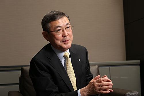 <b>吉永 泰之[よしなが・やすゆき]</b><br/>1954年東京都生まれ。77年3月成蹊大学経済学部卒業、同年4月富士重工業入社。主に国内営業と企画部門を担当する。2005年執行役員/戦略本部副本部長兼経営企画部長、2009年取締役兼専務執行役員/スバル国内営業本部長。2011年6月に社長に就任。「莫妄想」を座右の銘とし、物事の本質を素直に見て、実行することを心がけている。 (撮影:的野 弘路)