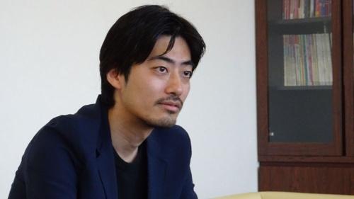 "<b>小国 士朗(おぐに・しろう)</b> NHK制作局 開発推進ディレクター。2003年NHK入局後、山形放送局を経て、東京の経済社会情報番組部のディレクターとして『クローズアップ現代』『プロフェッショナル 仕事の流儀』『72時間』など主にドキュメンタリー系の番組を手掛ける。2013年に電通への研修出向を経て、NHKコンテンツのプロモーションやデジタル施策を企画立案する""一人広告代理店""的な活動を開始。150万ダウンロードの大ヒットなった『プロフェッショナル 仕事の流儀』公式アプリや、3月にオープンした動画サイト「1.5ch」などを仕掛ける。"