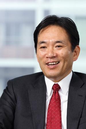 <b>松崎耕介(まつざき・こうすけ)氏</b><br /> シュナイダーエレクトリック代表取締役。1984年京都大学工学部卒、日本IBM入社。2001年、米IBM上席副社長補佐に就任、ニューヨークでの勤務を経験。2003年、日本IBMストレージ・システム製品事業部長、2008年執行役員、2014年常務執行役員に就任。2014年11月、シュナイダーエレクトリック入社。2015年1月に代表取締役副社長に就任、2015年10月より現職(写真:北山 宏一、以下同)