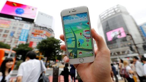 日本でも「ポケモンGO」の配信が始まり、多くの人がスマホ片手に街に繰り出した(写真:ロイター/アフロ)