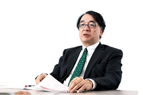 "<span class=""fontBold"">木内登英(きうち・たかひで)氏</span><br />1987年、野村総合研究所入社。90年に野村総合研究所ドイツ、96年には野村総合研究所アメリカで欧米の経済分析を担当。2004年、野村証券に転籍。07年に経済調査部長兼チーフエコノミストとして日本経済担当。12年から5年間、日銀審議委員を務め、17年7月から野村総合研究所エグゼクティブ・エコノミスト(写真:清水 真帆呂)"