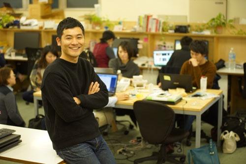 "<b>高橋 大和</b><br /> 1981年生まれ、長崎県出身。大学卒業後、2004年コナミスポーツ&ライフ入社、インストラクターとして8年間勤務後、高校時代の友人が創業メンバーという縁で12年にボーダレス・ジャパンへ入社。国際交流シェアハウス事業の新規物件開発担当、014年バングラデシュの雇用創出を目的とした革製品OEM事業の事業部長を経て、17年5月より若者の就労支援に取り組むべく<a href=""https://step-shushoku.jp/"" target=""_blank"">ボーダレスキャリア</a>をスタート"