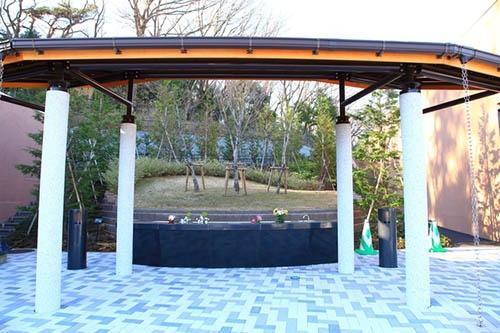 稲城・府中メモリアルパーク(東京都稲城市)内の樹林葬を行うための「樹林式墓地」。直接土に触れるかたちで木の下に遺骨を共同埋葬する。(写真:PIXTA)
