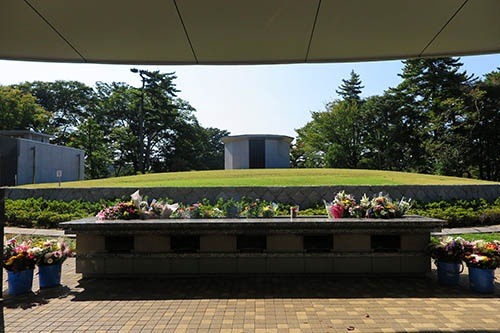 東京都立八柱霊園(千葉県松戸市)に4年前にできた合葬式墓地。合葬式墓地とは、多くの遺骨を一緒に埋葬する形式の墓所を指す。10万体の遺骨を地下に収容できる。円形墳墓になっていて、その前に献花台がある。将来にわたって一族の墓を継承していくことを困難と考えた人が、こうした共同墓に入るケースが増えている。