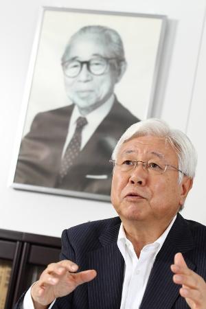 """鈴木氏の背景に映っているのが一橋大学の元名誉教授、山城章氏(1908~1993)。日本における経営学の泰斗として、世界に通用する「日本経営学」の確立に情熱を注いだ。1972年に<a href=""""http://kae-yamashiro.co.jp/"""" target=""""_blank"""">山城経営研究所</a>を設立。著作に「経営政策」「経営学原理」などがある"""